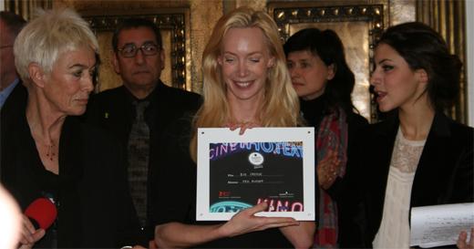 Die Regisseurin Feo Aladag nimmt den Preis der FIPRESCI entgegen. Foto: Ulf Engelmayer